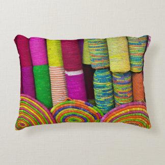 Almofada Decorativa Cestas coloridas no mercado