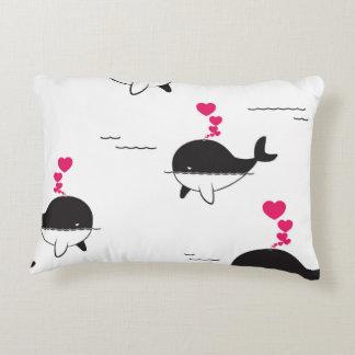 Almofada Decorativa Design da baleia preta & branca com corações