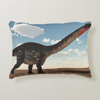 Almofada Decorativa Dinossauro do Apatosaurus no deserto - 3D rendem