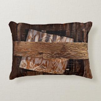 Almofada Decorativa Embarcado acima da janela de madeira velha da casa