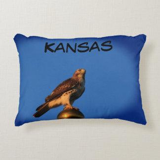 Almofada Decorativa Falcão de Kansas em um descanso de pólo de