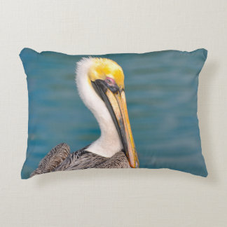 Almofada Decorativa Fim do retrato do pelicano acima com o oceano no