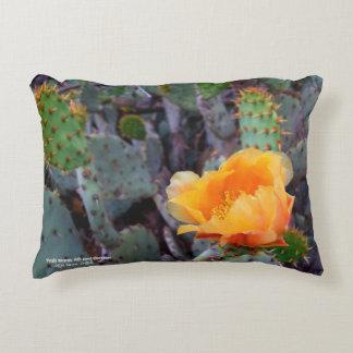 Almofada Decorativa Foto alaranjada da flor do cacto de pera espinhosa