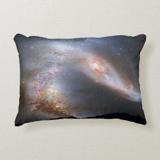 Almofada Decorativa Galáxia sobre as montanhas