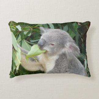 Almofada Decorativa Koala que come a folha da goma