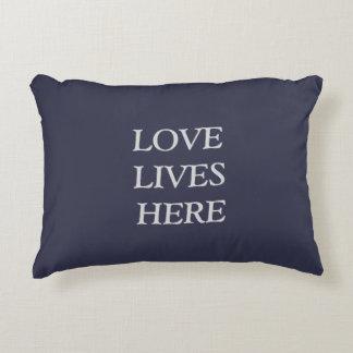Almofada Decorativa O amor vive aqui