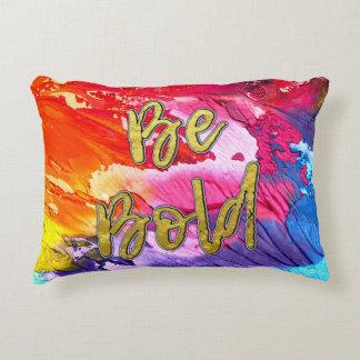 "Almofada Decorativa O arco-íris vibrante da cor ""seja corajoso"" no"