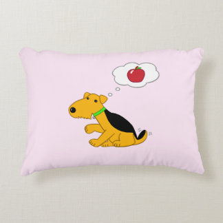 Almofada Decorativa O cão bonito de Airedale pensa do travesseiro
