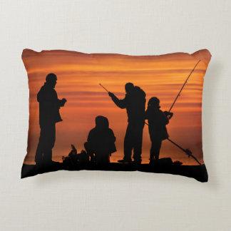 Almofada Decorativa Pessoas que pescam no quebra-mar