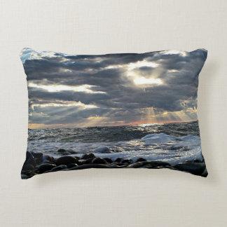 Almofada Decorativa Raios de sol em uma costa rochosa