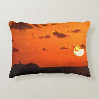 Almofada Decorativa Travesseiro - navio de cruzeiros no nascer do sol
