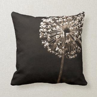 Almofada Dente-de-leão pálido do ouro em decorativo preto