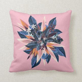 Almofada Design tropical com plantas e as flores azuis