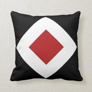 Almofada Diamante vermelho, beira branca corajosa no preto