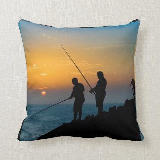 Almofada Dois homens que pescam na costa