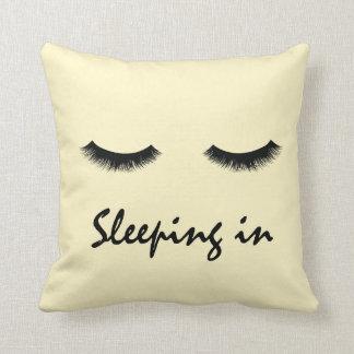 """Almofada """"Dormindo"""" no travesseiro"""