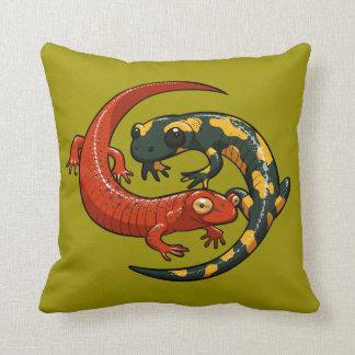 Almofada Duas salamandras de sorriso coloridas entrelaçaram