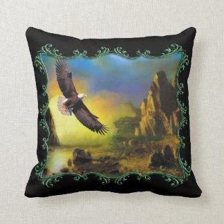 Almofada Eagle que voa sobre um River Valley.
