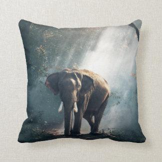 Almofada Elefante asiático em um esclarecimento Sunlit da