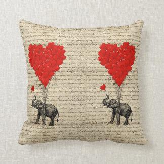 Almofada Elefante e balões dados forma coração