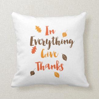 Almofada Em tudo dê a obrigados o travesseiro das folhas da