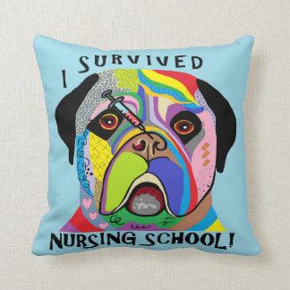 Almofada Eu sobrevivi à escola de cuidados