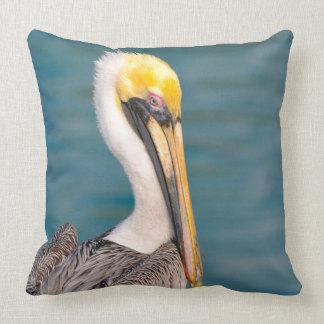 Almofada Fim do retrato do pelicano acima com o oceano no