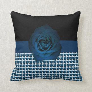 Almofada Fita do rosa do azul por DelynnAddams