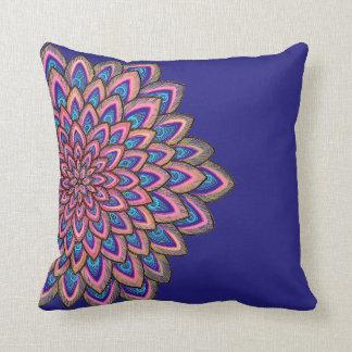 Almofada Flor abstrata do rosa, a azul & do roxo,