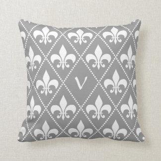 Almofada Flor de lis cinzenta com inicial do monograma