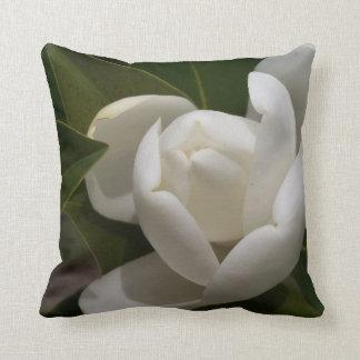 Almofada flor em botão branca de magnólia do sul