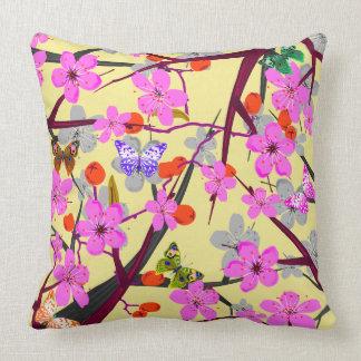Almofada Flores abstratas do vetor e borboletas coloridas