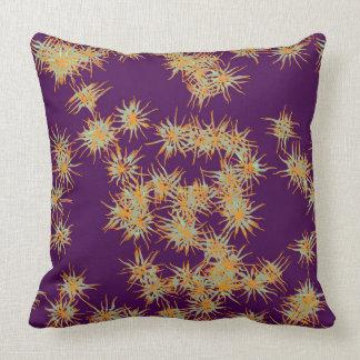 Almofada Flores amarelas e brancas no travesseiro roxo