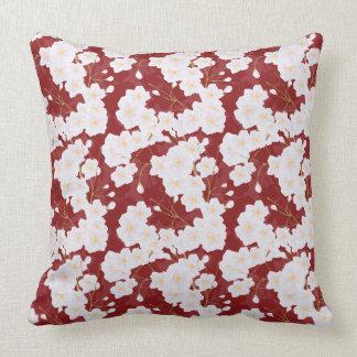 Almofada Flores de Sakura no travesseiro vermelho