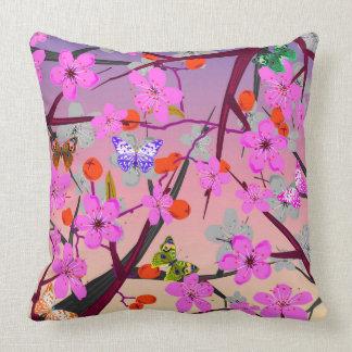 Almofada Flores do vetor e borboletas abstratas do colourd