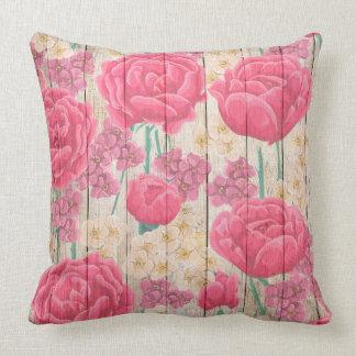 Almofada Flores roxas e brancas cor-de-rosa na madeira