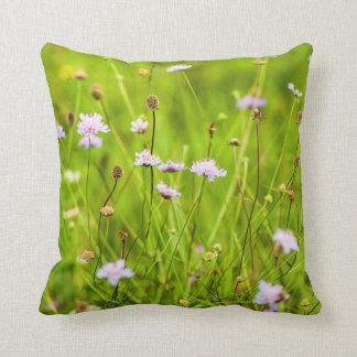 Almofada Flores selvagens no prado verde