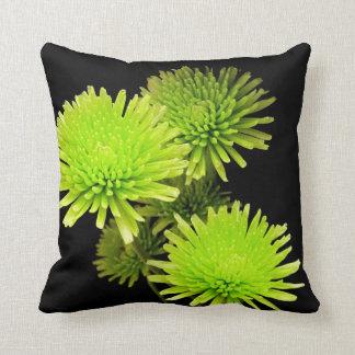 Almofada Flores verdes no travesseiro preto