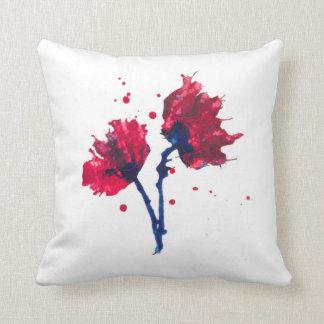 Almofada Flores vermelhas bonito em um coxim branco
