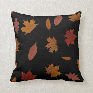 Almofada Folhas de outono da natureza na cor feita sob