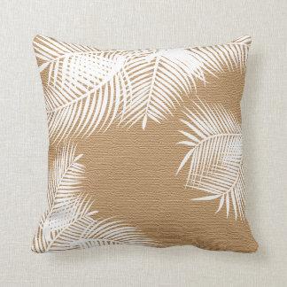 Almofada Folhas de palmeira brancas na serapilheira do
