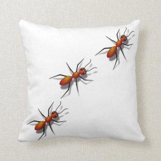 Almofada Formigas vermelhas que rastejam no seu