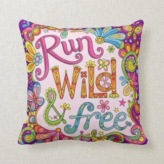 """Almofada """"Funcione selvagem & livre"""" o travesseiro - arte"""