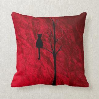 Almofada gato preto no travesseiro decorativo da árvore