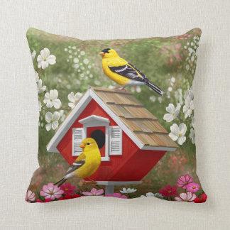 Almofada Goldfinches e Birdhouse bonito da casa de campo