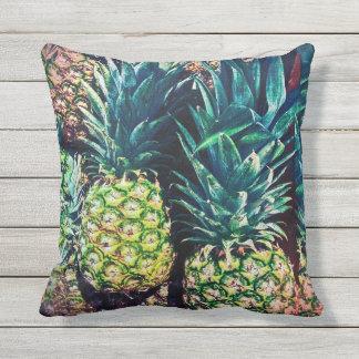 Almofada Grupo e folhas tropicais coloridos do abacaxi
