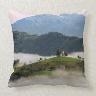 Almofada Igreja e montanhas de St Thomas no travesseiro de
