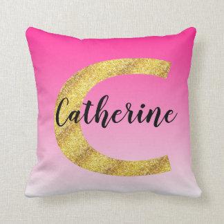 Almofada Inclinação cor-de-rosa inicial da letra C do