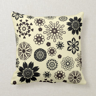 Almofada Ivory cushion with black rosace flowers