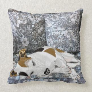 Almofada Jack de sono Russell em um sofá floral azul